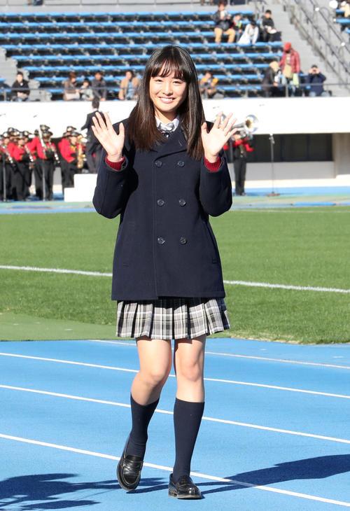 第95回全国高校サッカー選手権開会式 選手の先頭に立って、行進する高校サッカー応援マネジャーの大友花恋=2016年12月30日