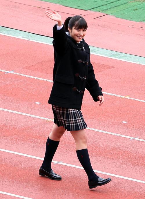 第89回全国高校選手権開会式で客席に手を振る応援マネジャーの広瀬アリス=2010年12月30日