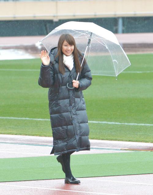 第91回全国高校サッカー選手権開会式 雨の中、手を振る大野いと=2012年12月30日