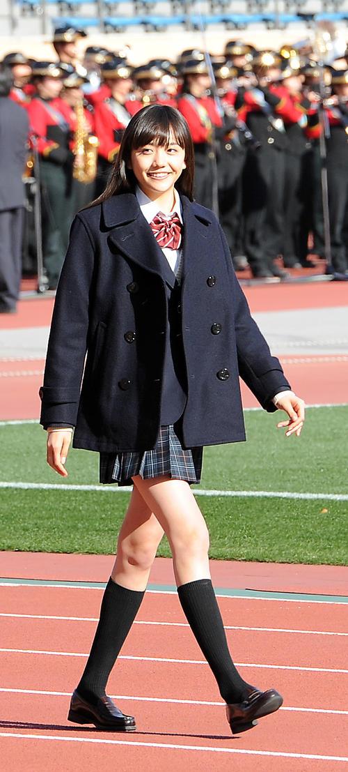 全国高校サッカー開会式 開会式に登場した大会の応援マネジャーの松井愛莉=2013年12月30日
