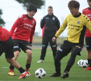 リカバリー練習でパスを回すFW藤村(左)(撮影・西塚祐司)