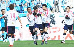前半、先制ゴールを決め喜ぶC大阪MF山口(中央)(撮影・江口和貴)