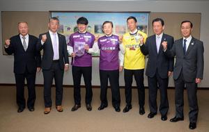 藤枝市の北村市長(中央)を表敬訪問した藤枝の選手と関係者ら。右から3人目がGK杉本