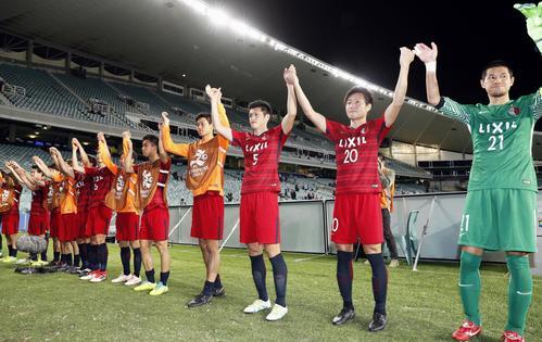 シドニーFCに勝利し、声援に応える(右から)GK曽ケ端、三竿健、植田ら鹿島イレブン(共同)