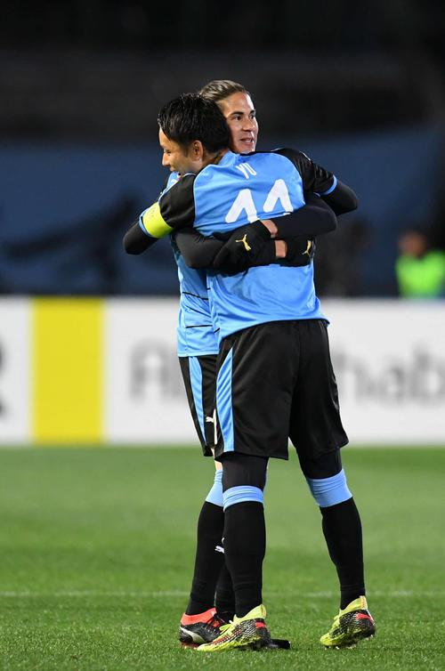 川崎F対メルボルン・V 前半、ゴールを決めた川崎F・MFエウシーニョ(左)と抱き合うFW小林(撮影・横山健太)