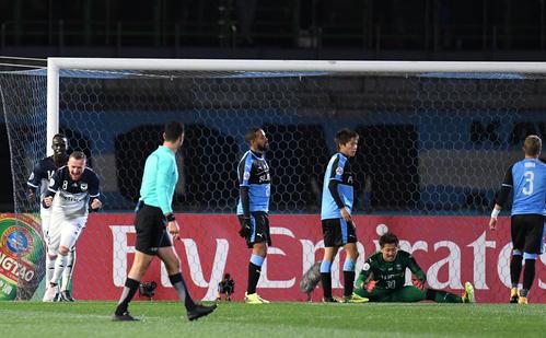 川崎F対メルボルン・V 前半、メルボルン・VのFWベリシャ(左から2人目)にゴールを決められ肩を落とす川崎Fイレブン(撮影・横山健太)