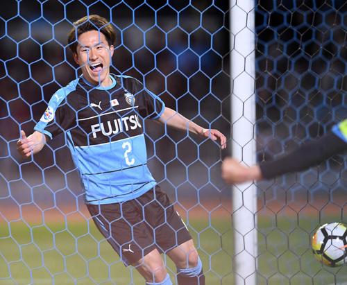 川崎F対メルボルン・V 後半、ゴールを決め笑顔を見せる川崎F・DF登里(撮影・横山健太)