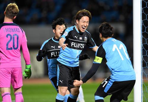 川崎F対メルボルン・V 後半、ゴールを決め笑顔を見せる川崎F・DF登里(右から2人目)。右はFW小林(撮影・横山健太)