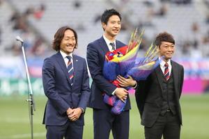引退セレモニーで東京時代の同僚石川氏(左)、羽生氏(右)から花束をもらう平山氏