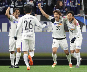 G大阪対広島 前半、ゴールを決めて笑顔をみせる広島MF柴崎(右)(撮影・田崎高広)