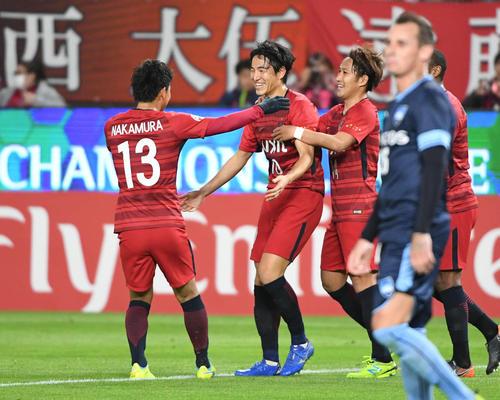 先制点を決めた鹿島FW金崎(左から2人目)はチームメートの祝福に笑顔を見せる(撮影・山崎安昭)