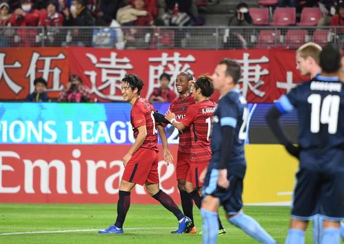 先制点を決めた鹿島FW金崎(左)はチームメートの祝福に笑顔を見せる(撮影・山崎安昭)