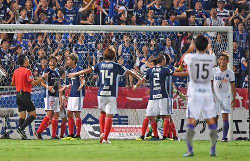 PKのやり直しに驚く横浜イレブン