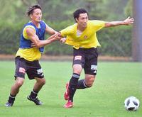 ミニゲームでMF蜂須賀(左)と競り合う仙台MF関口