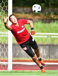 鋭い反応でボールを弾く仙台GKシュミット
