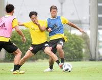 富田(左)と競り合う仙台MF野津田