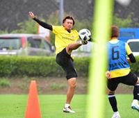 軽快な動きでボール回しする仙台DF平岡(撮影・下田雄一)
