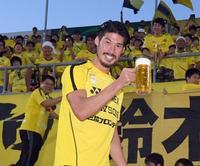 鈴木はサポーターに迎えられ、生ビールのサンプルを片手に笑顔(撮影・たえ見朱実)