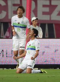 C大阪対湘南 前半、同点に追いつきほえる湘南MF金子(撮影・白石智彦)