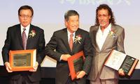日本サッカー殿堂掲額式典で記念撮影する、左から釜本氏、横山氏、ラモス氏(撮影・江口和貴)