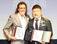 日本サッカー殿堂掲額式典で記念プレートを手に記念撮影するラモス氏(左)と加藤氏(撮影・江口和貴)
