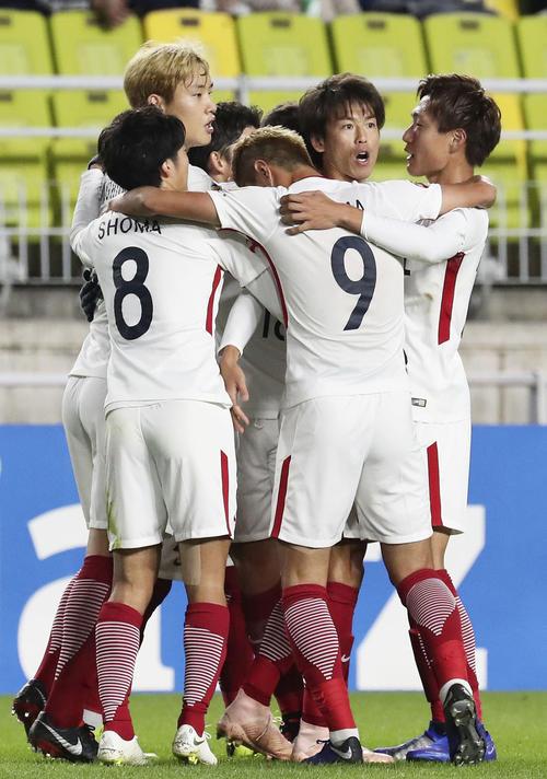 前半、先制ゴールを決め、祝福される鹿島・山本(右から2人目)(共同)