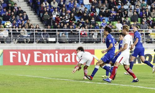 前半、ヘディングで先制ゴールを決める鹿島・山本(左端)(共同)