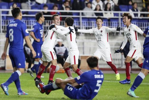 後半、同点ゴールを決め、喜ぶセルジーニョ(左から3人目)ら鹿島イレブン(共同)