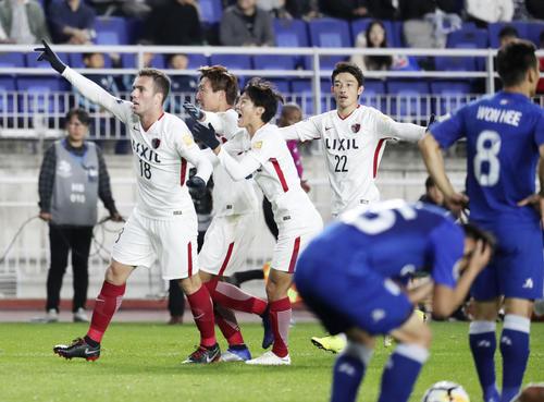 後半、同点ゴールを決め、喜ぶ鹿島・セルジーニョ(左端)(共同)