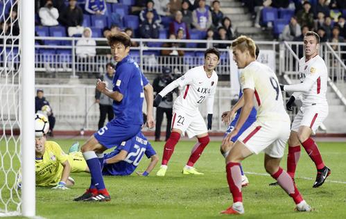 後半、2点目のゴールを決める鹿島・西(右から3人目)。右端はセルジーニョ(共同