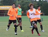練習するDF昌子(左)ら鹿島の選手たち