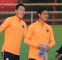 練習中に笑みをこぼす小笠原(右)と昌子