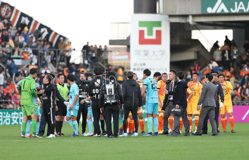 清水対神戸 試合終了するも、センターサークル付近で両チームがもみ合いになり整列はできなかった(撮影・河野匠)