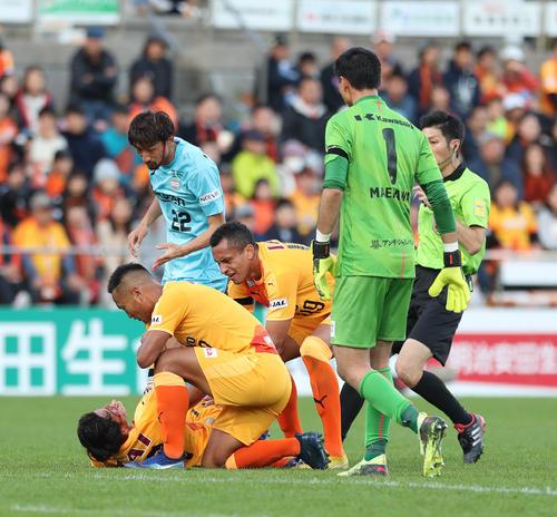 清水対神戸 後半終了間際、神戸DF橋本と競り合いで頭をぶつけ、血を流して倒れた清水MF河井(左下)にイレブンが駆け寄る(撮影・河野匠)