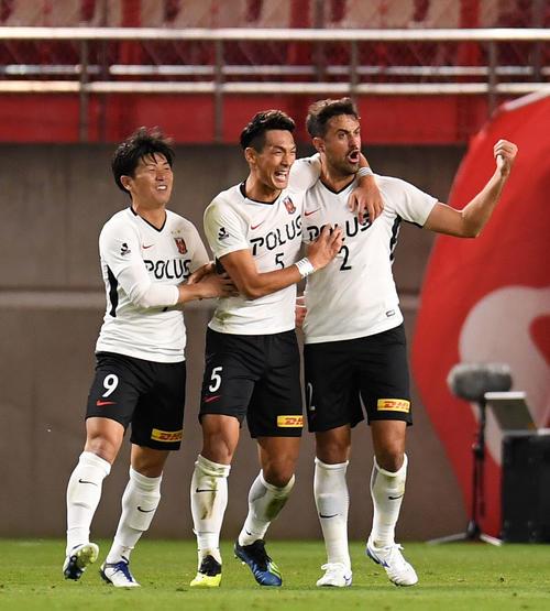 浦和対鹿島 前半、ゴールを決めほえる浦和DFマウリシオ(右)。左からFW武藤、DF槙野(撮影・横山健太)