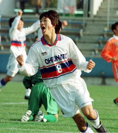 96年1月、選手権の徳島商戦でゴールを決めガッツポーズする大船渡の小笠原