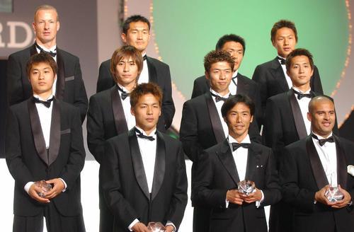 2001年のベストイレブンに選出された鹿島MF小笠原満男(中列左)