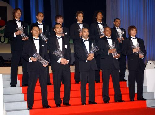 2003Jリーグベストイレブンに選出された小笠原満男(前列左)