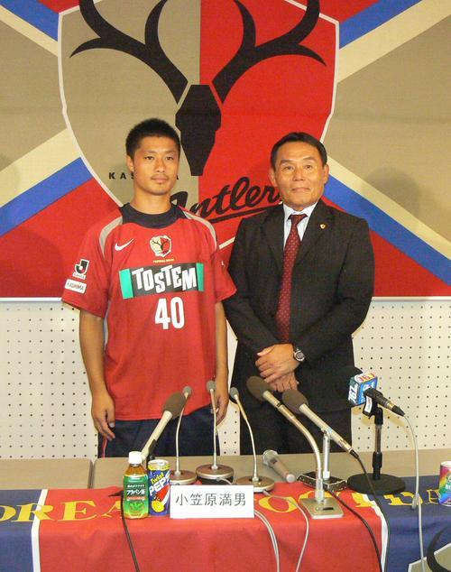 鹿島MF小笠原満男(左)が40番の新背番号が入ったユニホームを披露