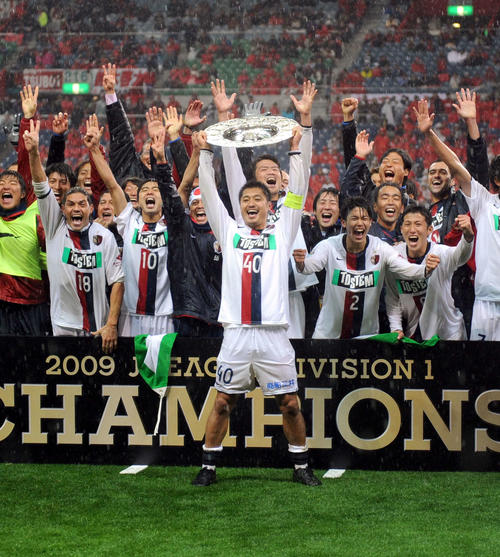 3連覇を達成し、チャンピオンプレートを高々と掲げ絶叫するMF小笠原満男と鹿島イレブン(2009年12月5日撮影)