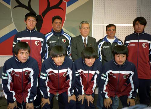 98年2月、鹿島新入団会見で記念撮影に納まる曽ケ端(後列左)と小笠原(前列右端)ら。