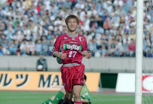 先制点を決める鹿島の小笠原満男(1999年5月5日撮影)