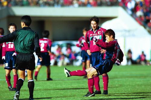 天皇杯決勝 直接FKで先制点を決める小笠原満男。左はビスマルク