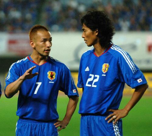 05年9月、親善試合のホンジュラス戦の試合前、中沢(右)は中田英寿と話し込む