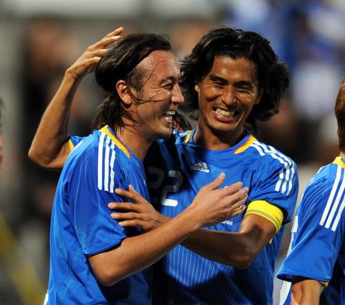 09年10月、アジア杯最終予選 日本対香港 後半、ゴールを決めた闘莉王(左)と喜び合う中沢