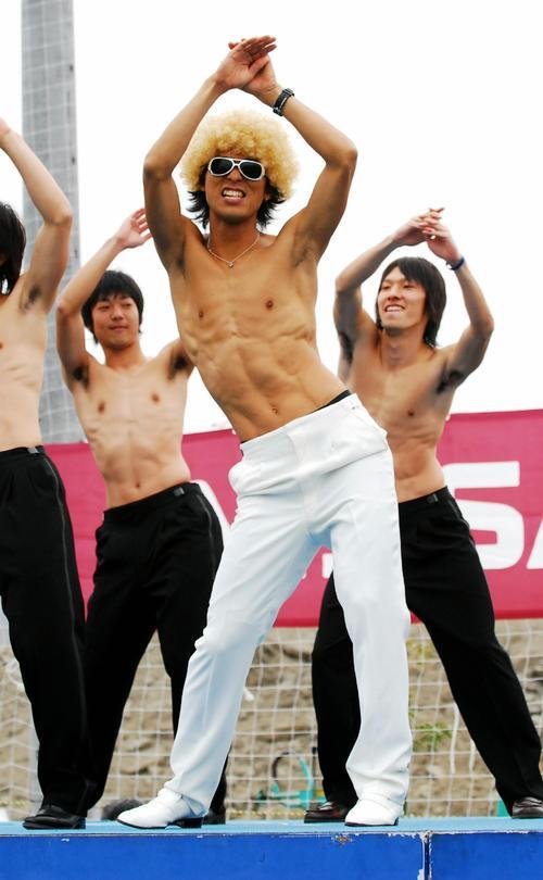 横浜ファン感謝デー DJ OZMAに扮(ふん)してリアルな腹筋をアピールしながら腰を振る中沢佑二 (左から)石原卓、斎藤陽介(07年1月)