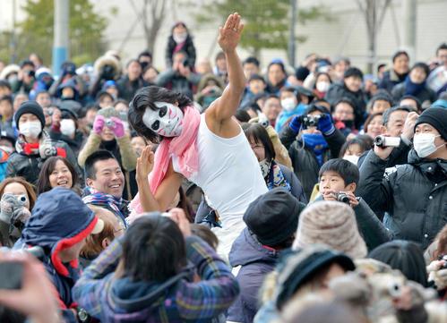 13年1月、J1横浜ファン感謝祭でゴールデンボンバーの樽美酒研二にふんし観客席で踊る中沢(13年1月)