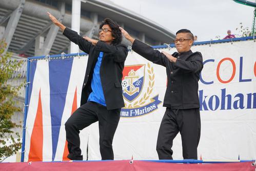 16年10月、J1横浜ファン感謝祭「トリコロールフェスタ2016」で、中沢(左)はトリコロールフェスタでダンスユニット、エグスプロージョンの「本能寺の変」を踊る