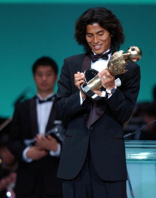 04年12月、Jリーグアウォーズで年間最優秀選手に輝いた中沢は、うれしそうにトロフィーを見つめる