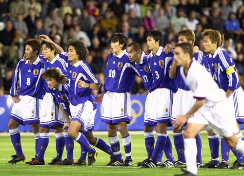シドニー五輪準々決勝の米国戦、PK戦で敗れガックリと肩を落とす中沢佑二(左から4人目)ら日本イレブン(2000年9月23日撮影)